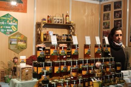 Uno de los puestos de la carpa, especializado en miel ecológica, aceites y jabones naturales. / Fotografía: Sara Fernández