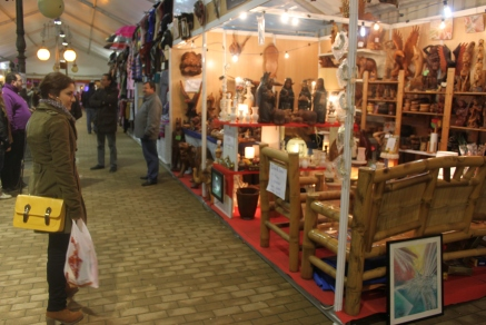 Una visitante observa con curiosidad los productos artesanales que ofrece la carpa. / Fotografía: Sara Fernández